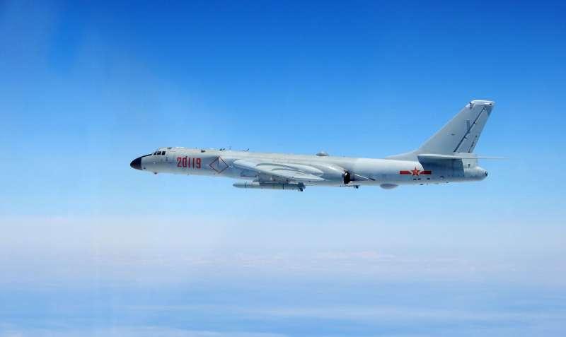 解放軍今日出動轟6(如圖)、空警500、殲11等各型軍機混合編隊,於台灣西南方海域執行遠海長航訓練。(國防部提供)