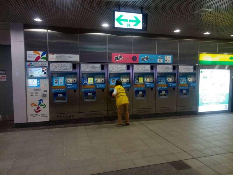 20200410-台北捷運推出防疫就業方案,錄取300多人進駐捷運站內加強防疫工作。(台北市政府提供)