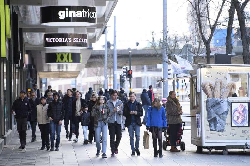 面對武漢肺炎疫情,瑞典採取「自願性原則」不強制限制人民活動,但風險仍高。(AP)