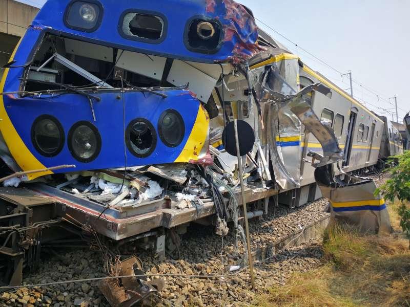 20200411-台鐵3198次區間車10日下午於高雄屏山巷平交道,與聯結車發生衝撞,造成前端第6、7、8車出軌。(台灣鐵路局提供)
