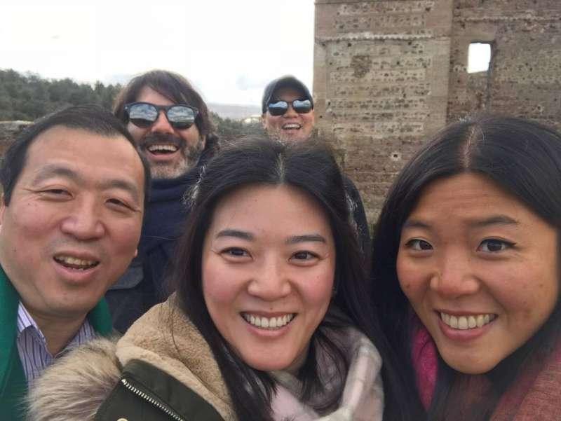 20200414-我國僑務委員劉金枝表示,一家5口分居五地,3個人從事防疫工作,其中兩個已經倒下。圖為劉金枝先生(左起)、小女兒、大女兒。(溫玉霞辦公室提供)