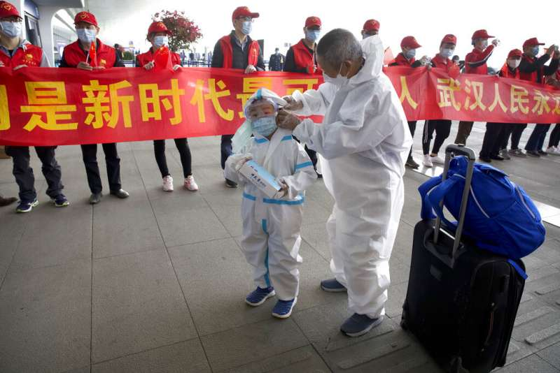 新冠肺炎爆發後許多民眾靠口罩自保。(AP)