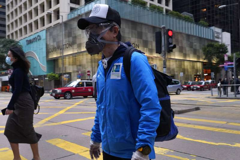 面對新冠肺炎,香港人把口罩戴好戴滿。(美聯社)