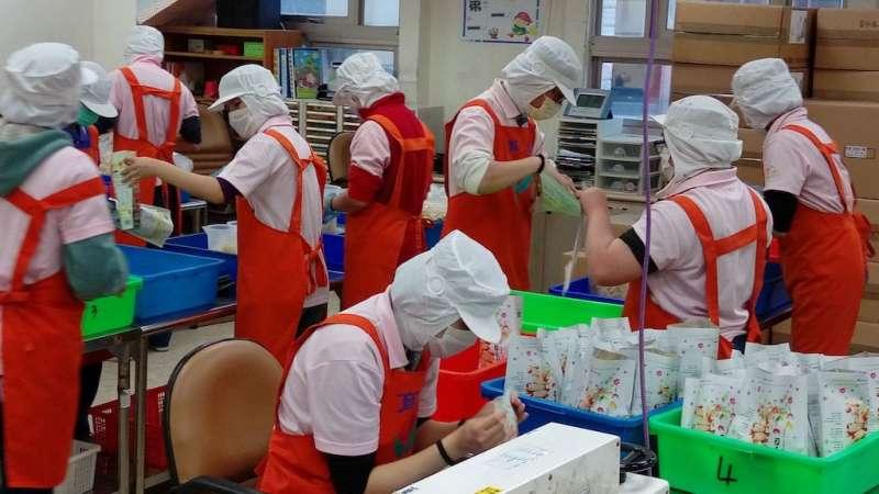 集賢庇護員工進行產品包裝。(圖/新北市勞工局提供)