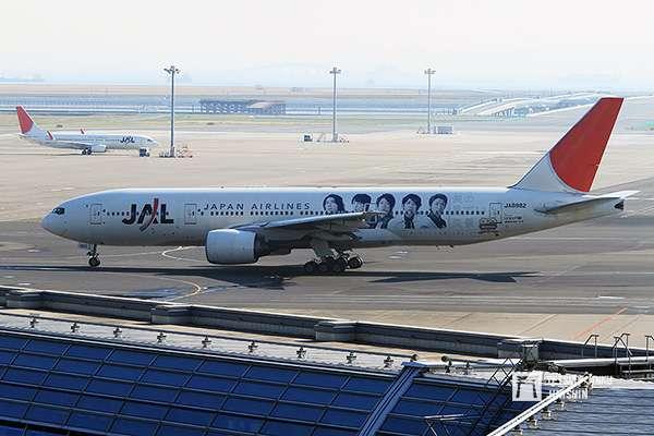 2010年日本航空因破產而進行重整,此時日本男子偶像夯團ARASHI決定與日航合作,催生出第一代「JAL嵐JET」。(攝影:陳威臣)