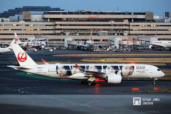 第六代彩繪機的右側塗裝,則是10年前第一代「JAL嵐JET」的設計,兩側塗裝不同,象徵世代傳承,也傳達出ARASHI彩繪機即將畫下句點。(攝影:陳威臣)