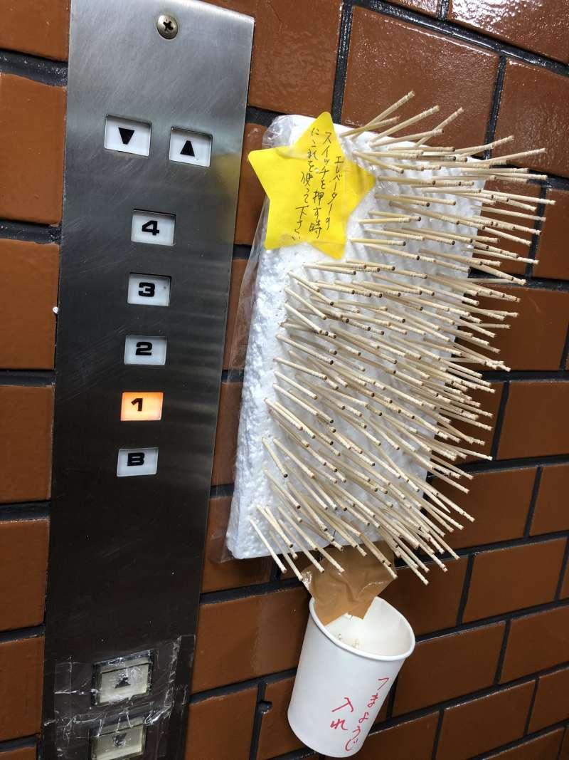 日本有一位網友在Twitter上貼文表示:「這個電梯的防疫對策太狂了。」(圖/翻攝自,j_turkey@Twitter)