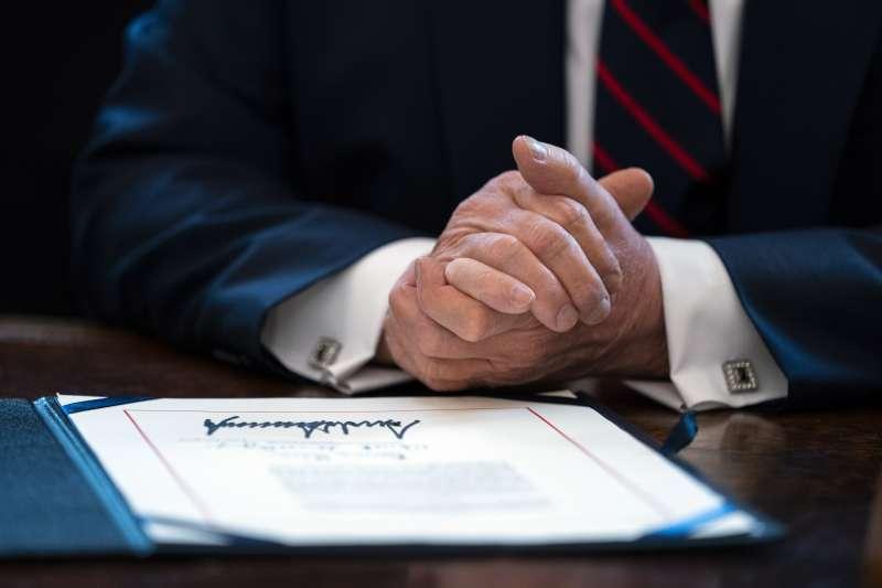 美國總統川普與其簽名(AP)