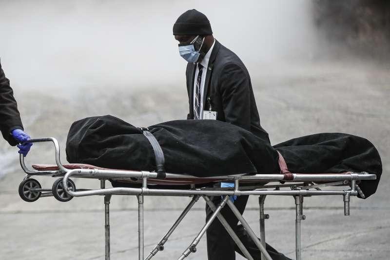 2020年4月,新冠肺炎疫情肆虐美國,死亡人數是全球之最(AP)