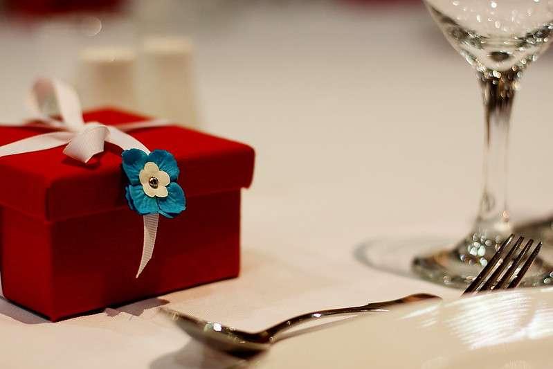 餐宴與送禮同樣是常見的賄選方式。(圖/取自flickr @julian wylegly)
