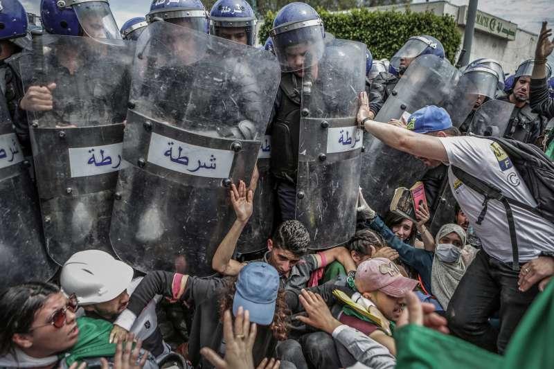 2020世界新聞攝影大賽,德新社記者 Farouk Batiche所攝的阿爾及利亞革命照獲得「突發新聞類-單圖」一等獎。(AP)