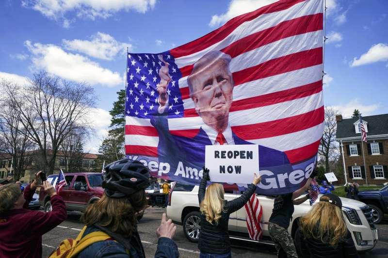 美國新冠肺炎疫情肆虐,明尼蘇達州有數百名群眾聚集在州長官邸前,抗議州政府下達的禁足令。(AP)