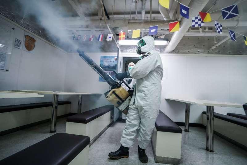 2020年4月19日,海軍敦睦艦隊進行任務艦消毒,由陸軍39化兵群官兵支援實施消毒作業。(海軍司令部臉書)