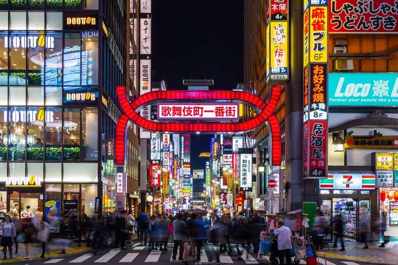 歌舞伎町是日本少數的大型紅燈區之一。(圖/取自維基百科)
