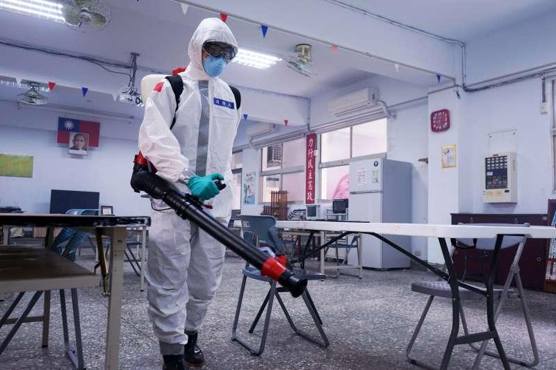 20200420-政戰學院日前出現兩位確診案例,19日陸軍33化學兵群進行消毒作業,落實防疫管制。(國防部提供)