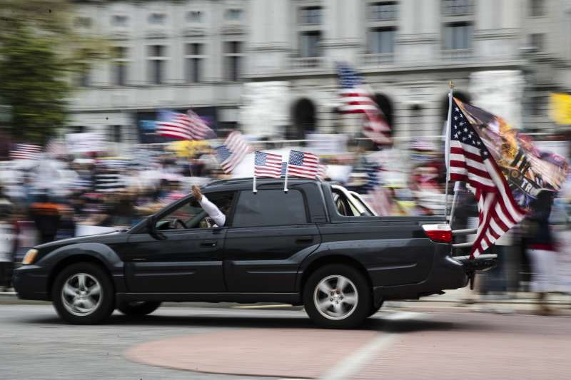 美國賓夕法尼亞州民眾上街抗議,要求州長解除封鎖,重啟經濟(美聯社)