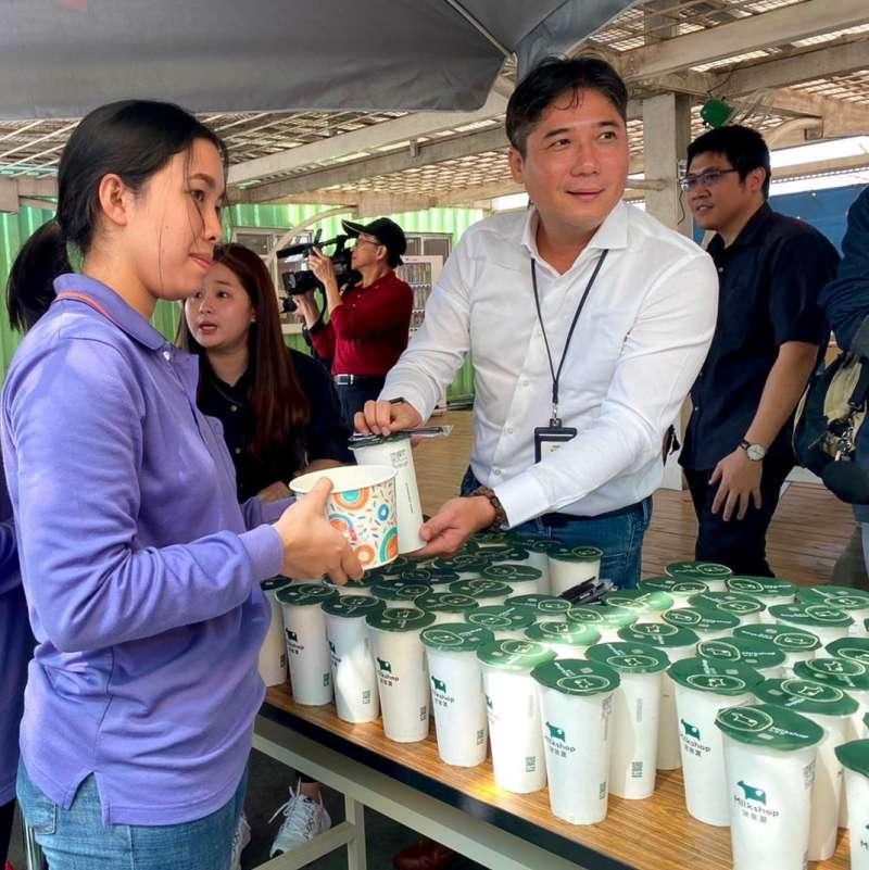 飲料連鎖店迷客夏為生產口罩的員工們提供飲料表示慰勞(攝影/野崎孝男)
