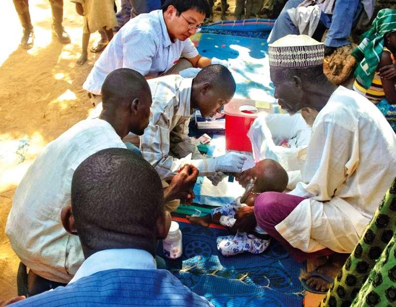 羅一鈞(後)擔任首席防疫醫生期間,曾遠赴奈及利亞調查伊波拉病毒疫情。(羅一鈞提供)