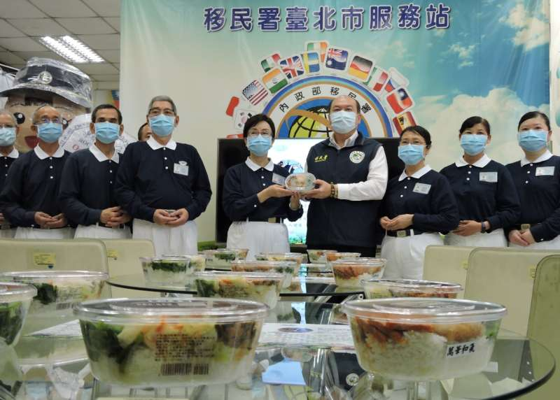 慈濟基金會志工提供移民署近400份素食便當,在移民署臺北市服務站分享,倡導響應素食增加身體健康,提升免疫力進而抵抗疫情。(圖/慈濟基金會提供)
