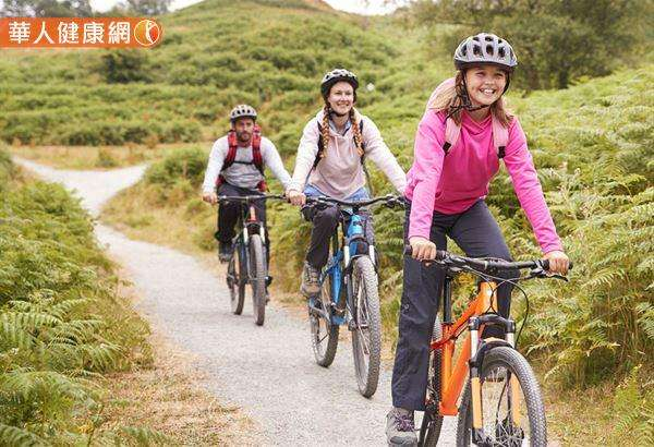 高速騎乘自行車前後建議距離保持20公尺,低速建議距離10公尺,這樣或許才能確保安全,不會吸入前方的騎士飛沫,遠離感染風險。(圖/華人健康網提供)