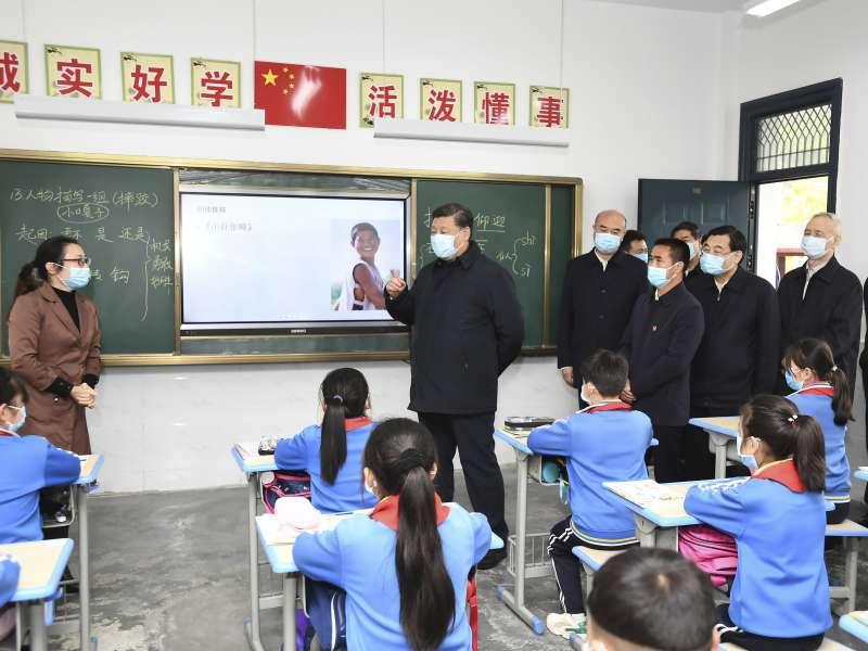 2020年4月21日,習近平佩戴口罩到陝西省安康市一間小學視察。中國。新冠肺炎(AP)