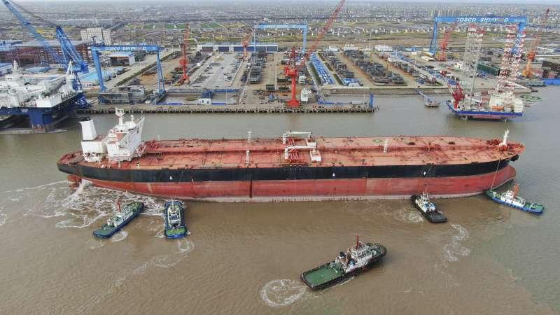 2020年4月,石油生產過剩、油價一度跌到負值,全球超級油輪運費大漲。(AP)