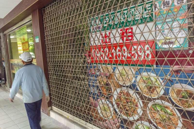 20200424-立院周遭的牛肉麵店結束營業,店面掛起出租告示牌。(顏麟宇攝)