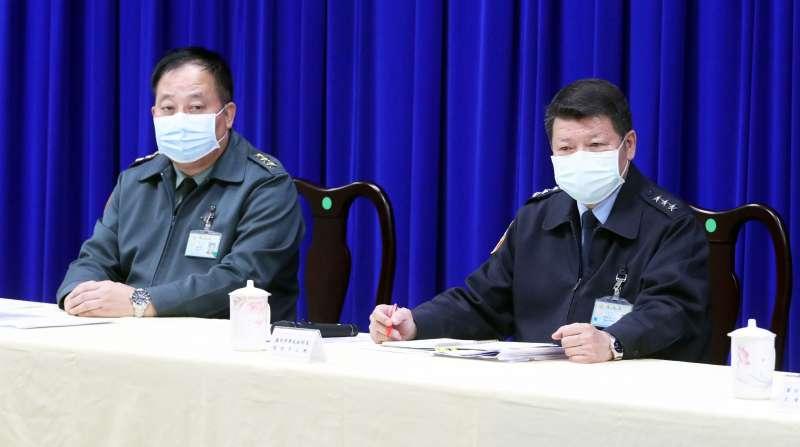 20200424-國防部軍政副部長張哲平(右)上將召開記者會說明磐石艦染疫調查進度。左為副總長執行官徐衍璞(左)上將。(資料照,蘇仲泓攝)