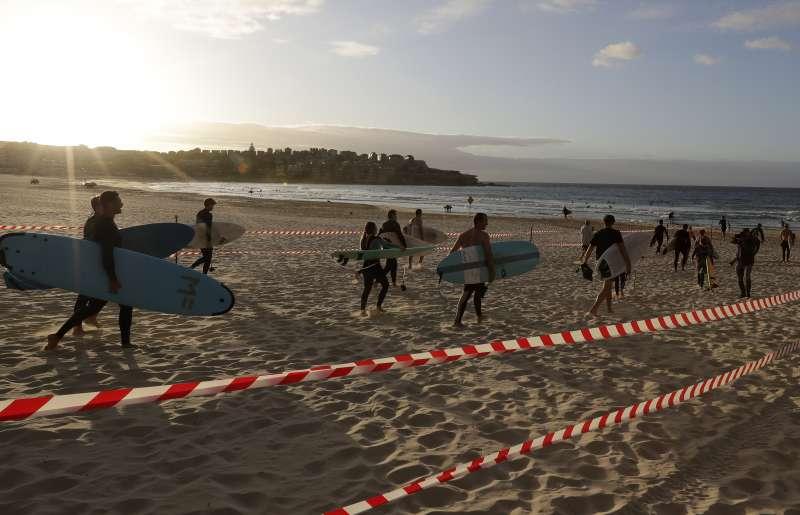新冠肺炎:紐西蘭抗疫有成,自27日起放寬封鎖令,衝浪客興奮地回歸海灘(AP)