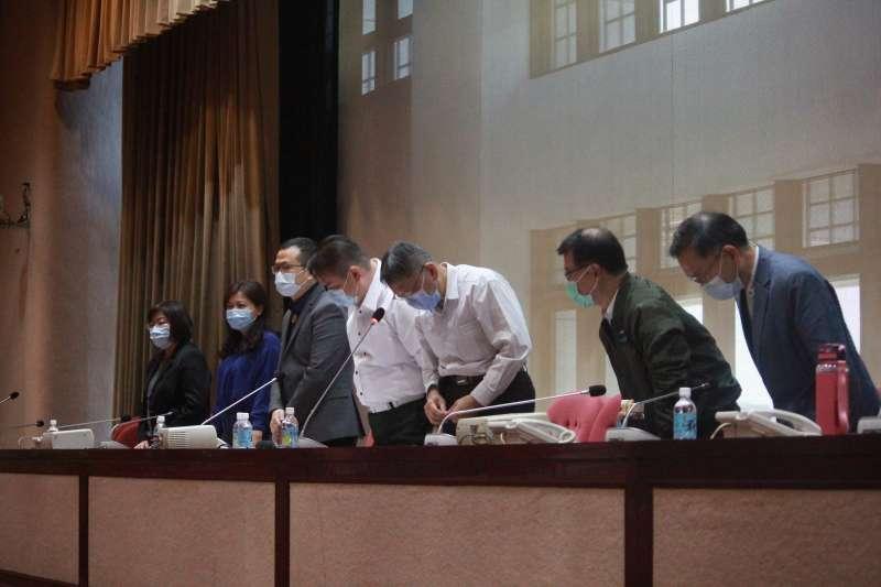 20200429-台北市長柯文哲(中)與市府團隊針對錢櫃大火釀5死一事鞠躬道歉。(方炳超攝)