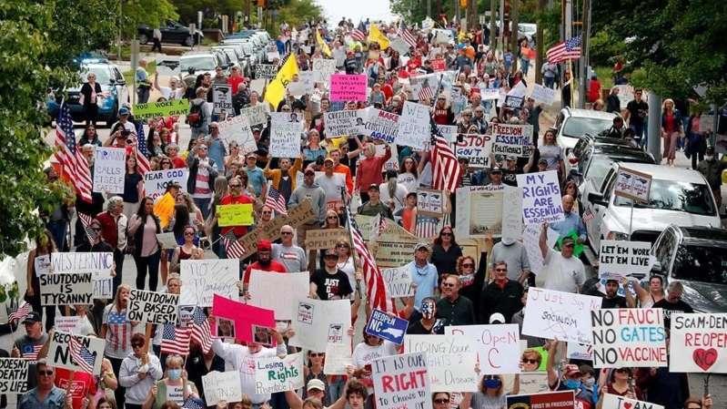 上百人抗議封城政策,要求州長撤回禁令。(翻攝自Twitter@BrianCaskeyNC)