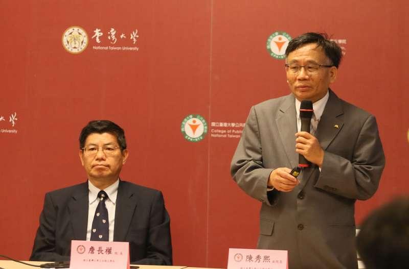 台大公衛學院副院長陳秀熙(右)提出血清檢查監視計畫,以檢查抗體。(柯承惠攝)