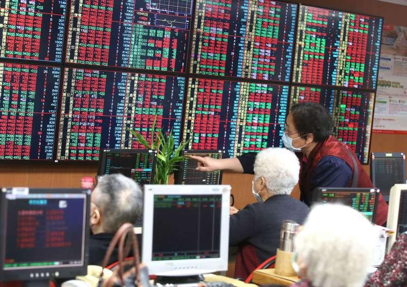 疫情掀起全球股災,3月時投資市場瀰漫恐慌氛圍,如今已逐漸穩定下來。(柯承惠攝)