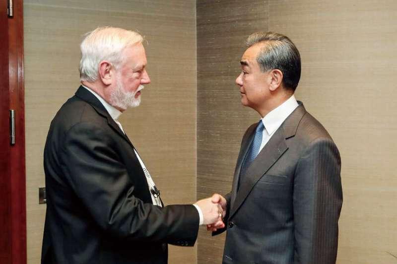 教廷外長加拉格(左)與中國外長王毅(右)在2月會面時有談到疫情。(翻攝自China Xinhua News Twitter)