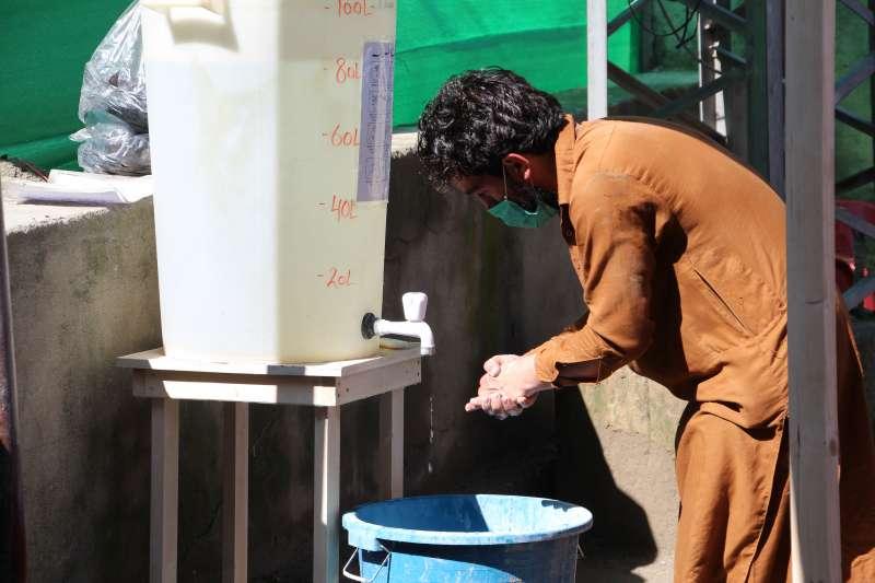 無國界醫生在全球多地的專案協助設置了洗手站。攝於巴基斯坦。(© Nasir Ghafoor)