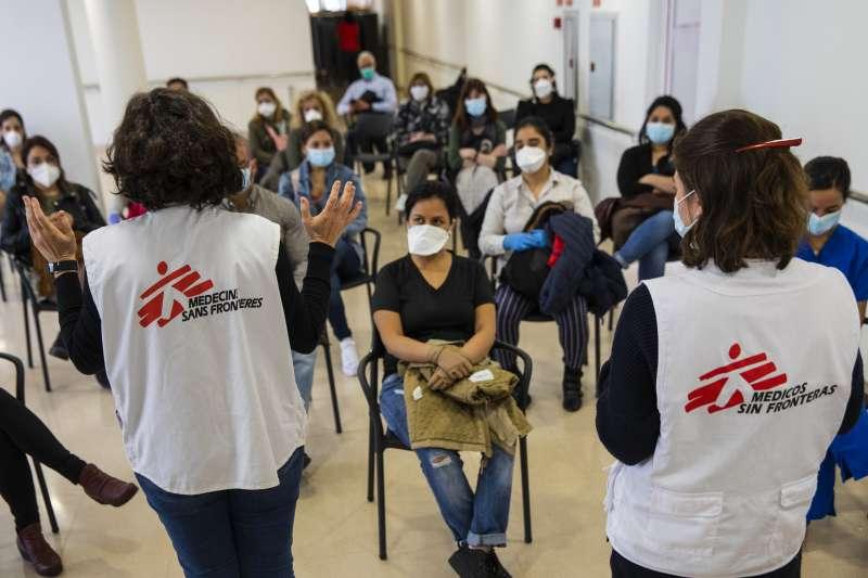 無國界醫生人員正為西班牙一所新冠肺炎年長患者照護中心的工作人員進行培訓。(© Anna Surinyach/MSF)