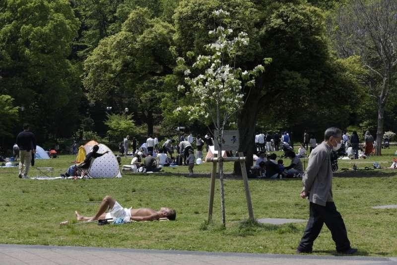 儘管仍有新冠肺炎(武漢肺炎)疫情,日本「黃金週」期間,東京公園還是出現人潮。(AP)