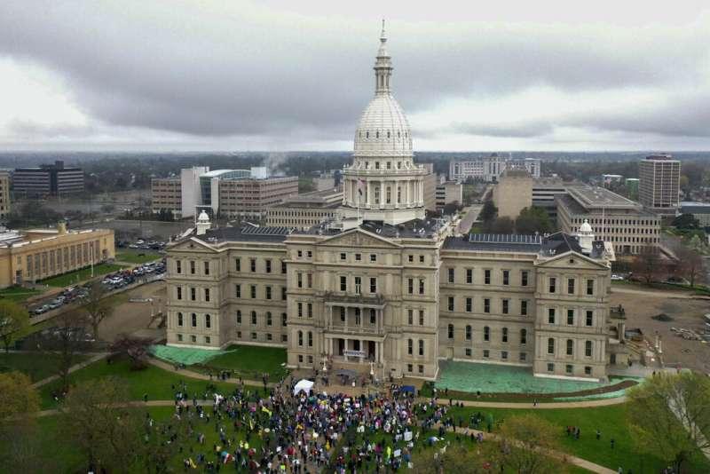 密西根州4月30日有數百名示威者闖入州議會大廈,要求州政府解封,其中幾名人士更是攜帶槍枝進入。(AP)