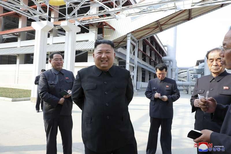 2020年5月1日,北韓最高領導人金正恩視察平安南道順川磷肥廠,這是金正恩神隱20天後第一次現身。(AP)