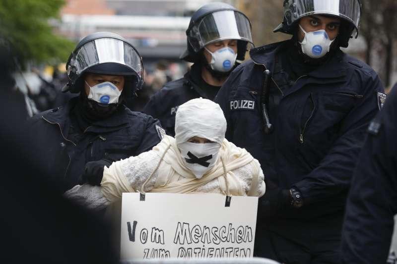 2020年5月,新冠肺炎疫情未息,德國柏林民眾抗議政府的封鎖措施(AP)