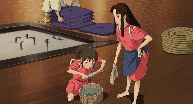 千尋成為湯女,必須要做打掃環境、幫客人洗澡等工作。(圖/取自IMDb)