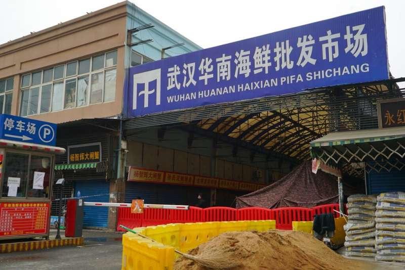 新冠肺炎病毒起源眾說紛紜,各方將矛頭指向中國武漢華南海鮮市場(美聯社)