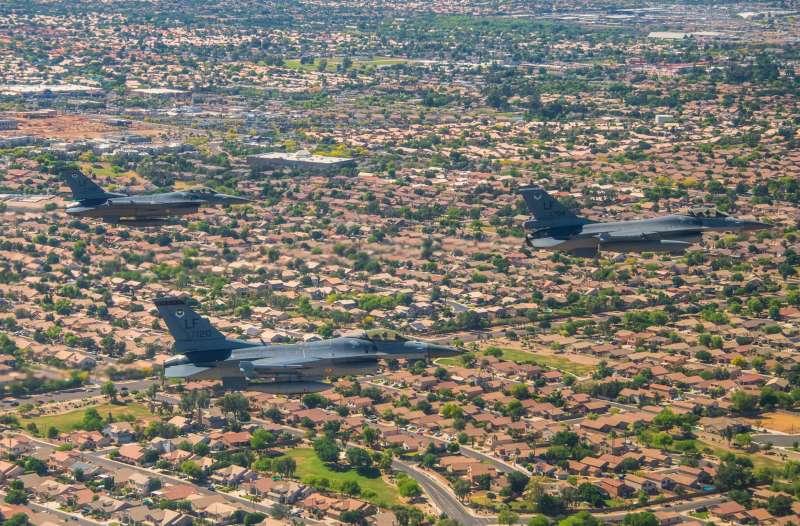 20200504-美軍以空中兵力大編隊通過特定城市,藉以激勵人心。其中包括隸屬我空軍的軍機(右)。(取自路克基地臉書)