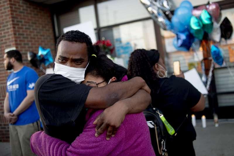 美國密西根州保全穆納林(Calvin Munerlyn)因拒絕顧客未戴口罩進入店內慘遭槍殺,親友聚集在他生前工作的「家多樂」商店外悼念(AP)