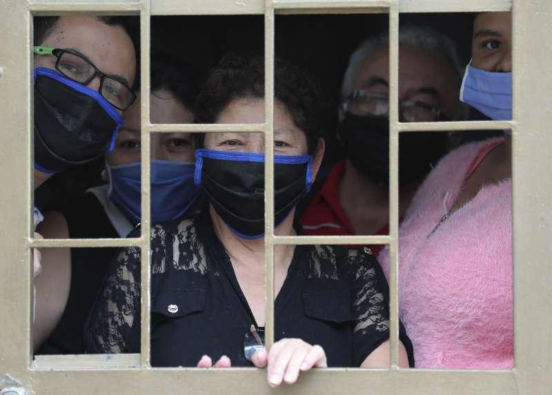 哥倫比亞民眾等待政府分發糧食。在新冠病毒疫苗出現前,人們必須適應疫情下的新日常(AP)