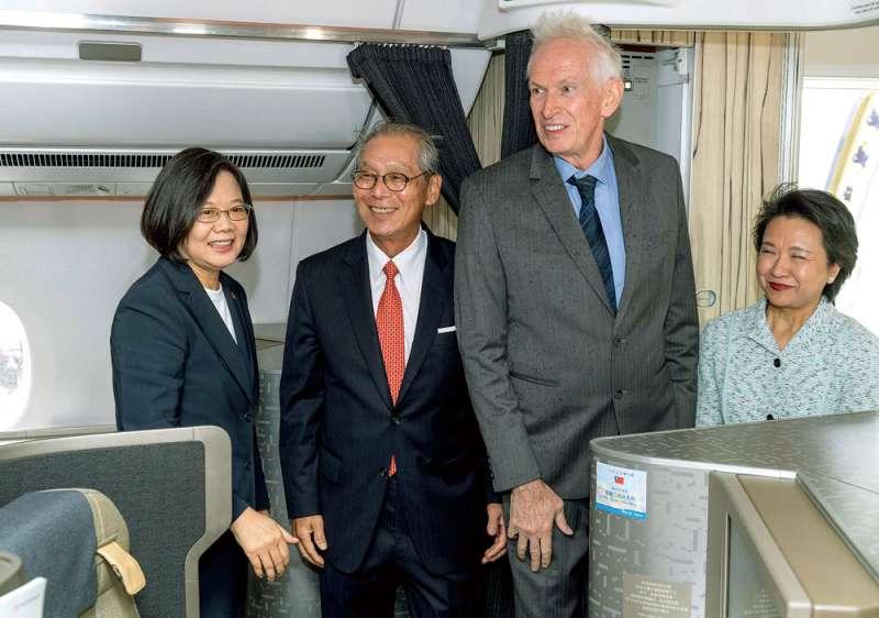 高碩泰(左二)入國安會秘書長口袋名單,且排名往前。(翻攝自蔡英文臉書)