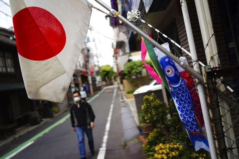 東京街頭的日本國旗與鯉魚旗。(美聯社)