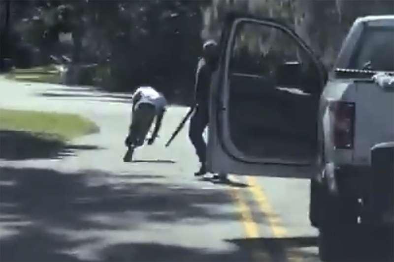 2020年2月23日,美國喬治亞州一對白人父子格列哥里與崔維斯.馬克麥可(Gregory and Travis McMichael)槍殺一位慢跑的黑人青年阿貝瑞(Ahmaud Arbery)(AP)