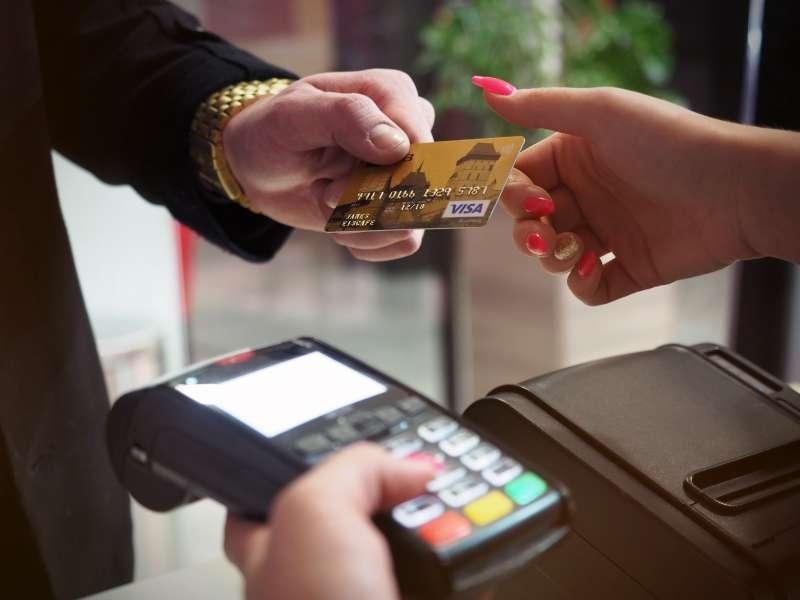 信用卡的出現,讓消費者的交易過程更便利,不需攜帶大量貨幣,可減少交易成本。(圖/energepic.com@pexels)