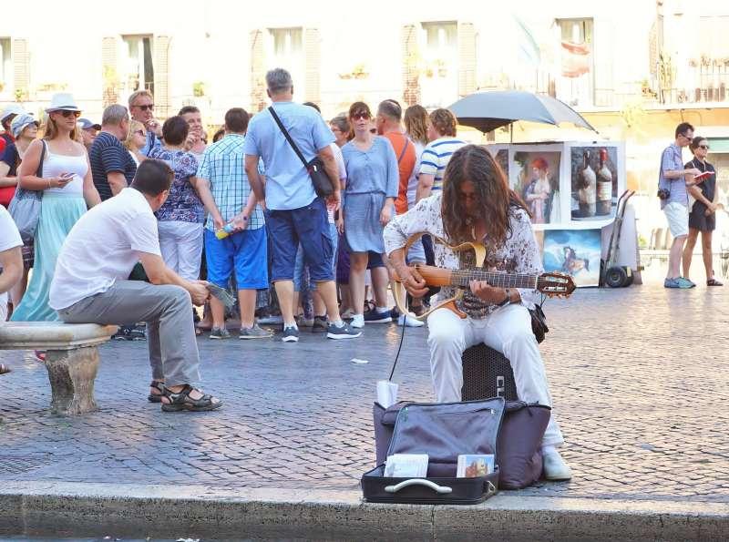 20200508-新冠肺炎疫情造成海外旅遊市場急凍,圖為義大利羅馬街頭遊客成群。(盧逸峰攝)